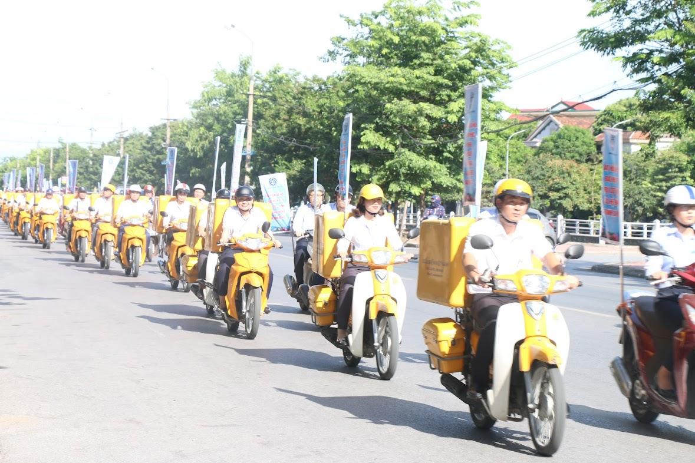 Cán bộ, công nhân viên diễu hành tuyên truyền trên các tuyến đường