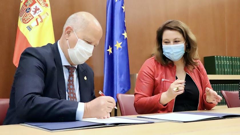 Firma del acuerdo entre Educación y Agricultura.