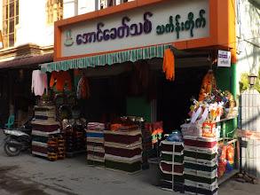 Photo: ... und seinen Geschäften für den Mönchsbedarf