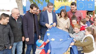 Descubrimiento de la bandera europea en un parque que lleva este nombre en homenaje a la inversión Edusi.