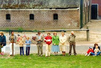Photo: langs de lijn: v.r.n.l. Albert Martens, Jantje Martens, Fenny Martens, Marchie Hofsteenge, Boele Martens, Ina en Luuk Martens (1981)