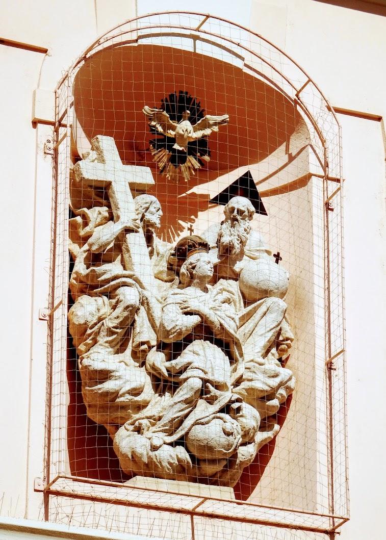 Győr - Eszterházy-palota épületdíszei (Szentháromság-szobor)