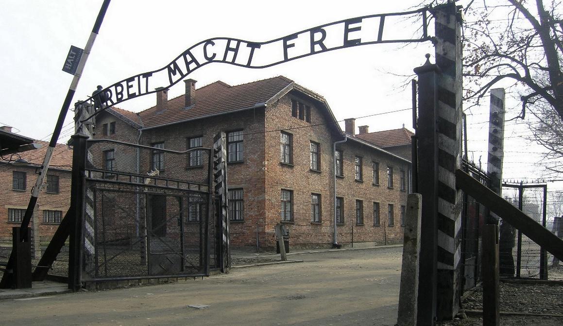 http://upload.wikimedia.org/wikipedia/commons/b/b8/Eingangstor_des_KZ_Auschwitz,_Arbeit_macht_frei_(2007).jpg