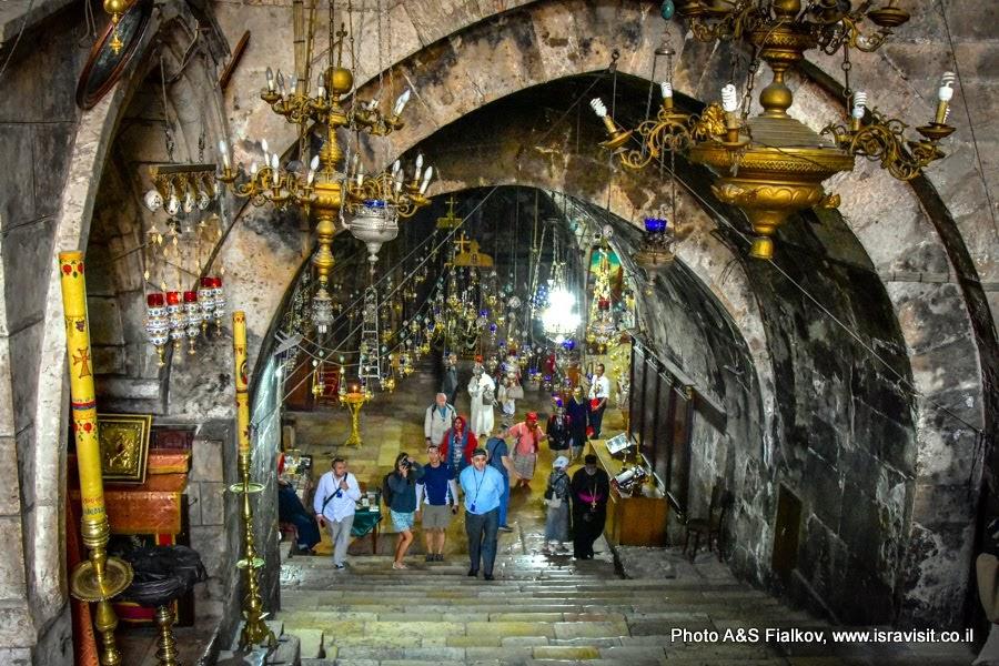 Ступени в пещерную церковь Успения Богородицы у подножья Масличной горы в Гефсимании.