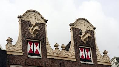 Photo: Bazı binalar da bilinçli olarak öne eğik inşa edilmiş
