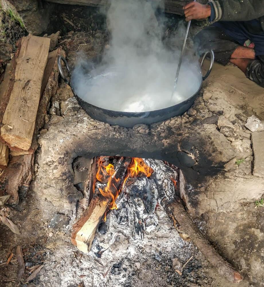 shepherds+making+khoya+bunbuni+parvati+valley+himachal+india