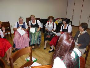 Photo: Gesangsprobe im Pfarrsaal. Mehr Ernst, meine Damen...