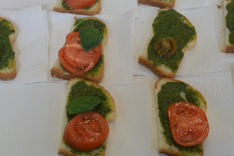 Broodje pesto-tomaat en aardappelpuree