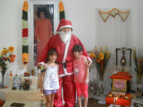 """Photo: Papá Noel y """"las Vickys"""" con Kitty"""