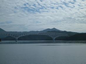 Photo: 穏やかな水面。 「若松大橋」が見えてきました。