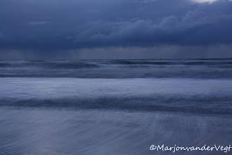 Photo: De Kust. Regenwolken. Foto: Marjon van der Vegt.