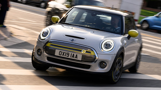 The Mini Cooper SE's exterior copies most of the features of the combustion version.