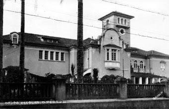 Photo: Colégio Estadual D. Pedro II, na época ainda chamado de Grupo Escolar D. Pedro II. Hoje seus muros são bem mais altos, quase escondendo o prédio.