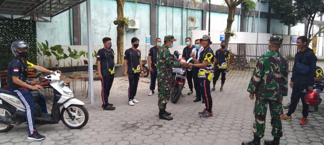Memutus Mata Rantai Senyebaran Covid 19 : Denzibang 2/XII/PLK Terapkan Prokes Bagi-Bagi Masker ke Satpam Bank BRI.