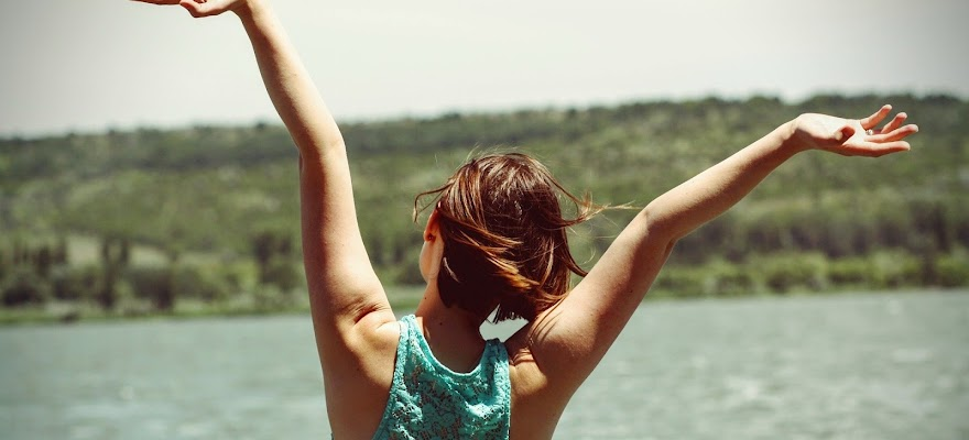 Szczęśliwa kobieta na tle jeziora
