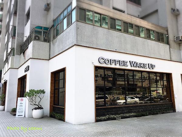 Coffee Wake Up咖啡覺醒光華店| 隱藏在社區巷子的白色咖啡廳,空間舒適寬敞超好拍,飲品甜點皆佳~