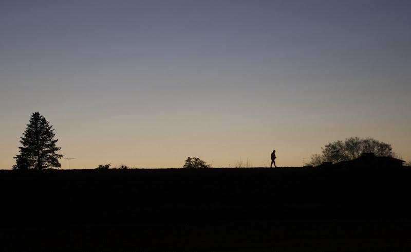 Uomo solitario nel tramonto di ale.sordo