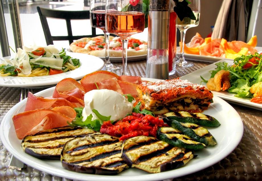 Assiette Ruffenach, Millefeuille d'aubergines, assortiment de l�gumes grill�s, jambon de Parme, Mozzarella de Bufflonne et salade de roquette et autres s�lections italienne au menu estival � Al Dente au Havre