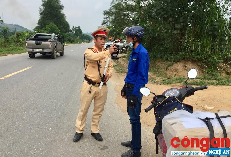 Cán bộ Đội Cảnh sát giao thông số 3 kiểm tra nồng độ cồn trên tuyến đường Hồ Chí Minh