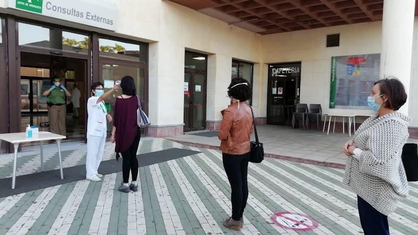Pruebas de coronavirus en uno de los accesos al Hospital de Poniente de El Ejido.