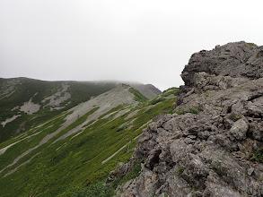 岩場から山頂を望む