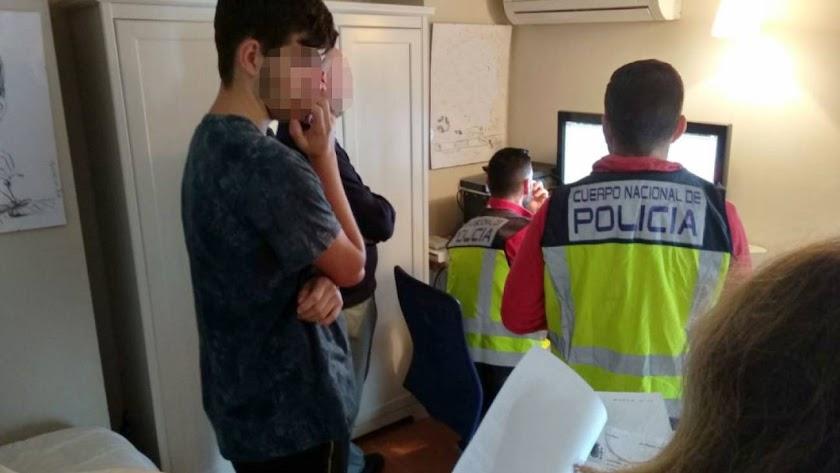 La Policía Nacional registra el ordenador del adolescente en su domicilio de Marbella.,