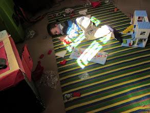Photo: Na een lange, lange reis veilig aangekomen. De jongens vallen her en der verspreid in ons huis in slaap. Helemaal moe van alle indrukken!