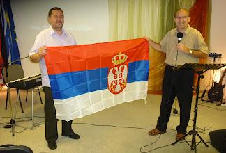Photo: Gyülekezetünk legújabb, szerb nemzeti lobogója Tamás és István kezében. A zászlót a szerbiai lelkipásztori elvonulás után kaptuk ajándékul, melynek létrejöttét mi is örömmel támogattuk.
