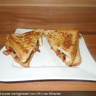 Gebratenes Sandwich mit Erdnussbutter und Banane