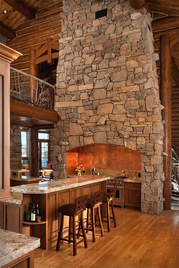 Dosis arquitectura: cabaña en la montaña y en medio del bosque.