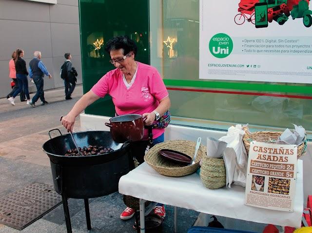 La castañera del Paseo, Mari Carmen Pinzón, echa de menos un poco de frío para hacer negocio.