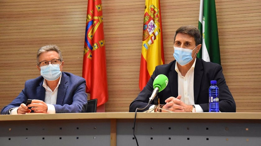 Pedro Fernández, a la derecha de la imagen, ha dado positivo.