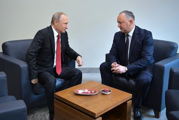 Встреча Владимира Путина и Игоря Додона во время международного экономического форума в Петербурге, 02 июня 2017.