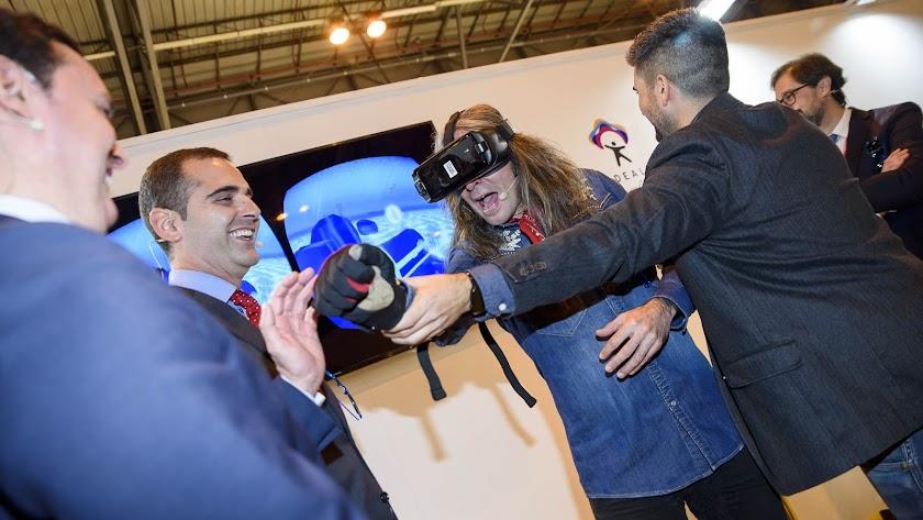 """Mario Vaquerizo revive \""""la felicidad\"""" de bañarse en las playas de Almería gracias a la realidad virtual."""