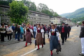 Photo: Schöne Trachtenfrauen als Sängerinnen verschöneren den Umzug