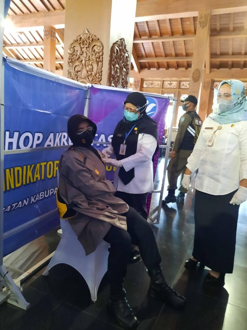 Wakapolres Ponorogo Bersama Perwakilan Forpimda Terima Suntikan Vaksinasi