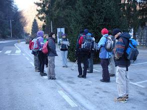 Photo: početak planinarenja u selu Grdanjci - uvodna riječ vodičice Ane