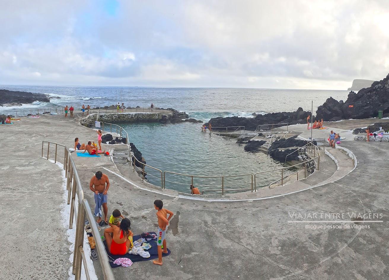 Aproveitar as belas piscinas naturais de Porto Judeu, na ilha Terceira