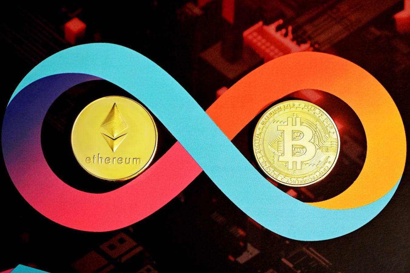 Infinity teken met cryptocurrency munten