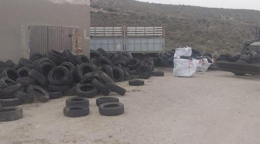 Carboneras intensifica las labores de limpieza y control de vertidos de residuos