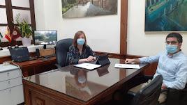 La alcaldesa y el concejal responsable del programa de ayuda.
