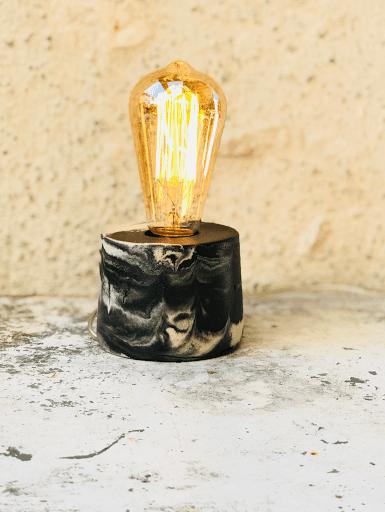 lampe béton marbré anthracite avec ampoule à filaments