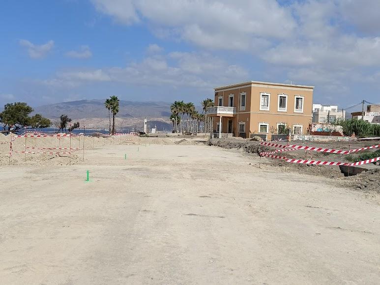 El trazado ya enlaza con la última fase del paseo marítimo en uso y toma forma de plaza alrededor del chalet de La Marina