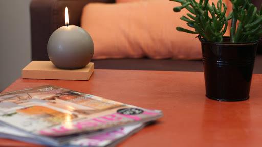 Table IKEA transformée grâce à l'application de l'enduit décoratif en béton ciré