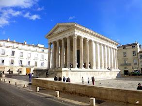 Photo: La Maison Carrée est un temple romain hexastyle édifié au début du Ier siècle