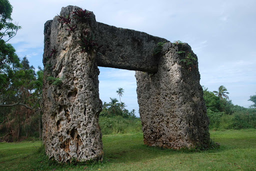 Tonga-stone-lintel.jpg - Haʿamonga ʿa Maui was built at the beginning of the 13th century, most likely as a gateway to the royal compound Heketā.