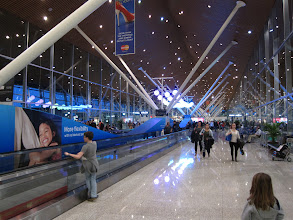 """Photo: 2- Pour février 2013 nous avons choisi le Cambodge comme nouvelle étape. Profitant d'un séjour """"famille"""" organisée par l'agence locale Terre Cambodge à un prix particulièrement attractif (700 € le séjour par personne, repas compris) nous nous envolons via la Malaisie. Ici l'aéroport de Kuala Lumpur (compter env. 14h de vol, plus l'escale)."""
