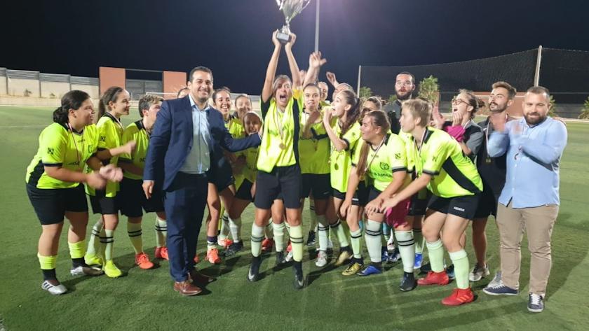 Las jugadoras del Pavía levantan la Copa.