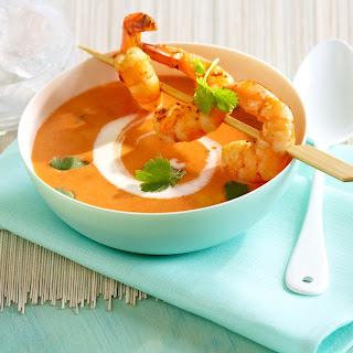 Tomaten-Kokos-Suppe mit Scampispieß