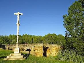 Photo: Calvaire et pont romain sur le rio Cea